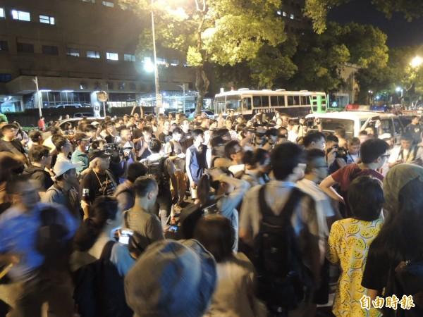 時至凌晨兩點,支持群眾仍不願離開教育部。(記者黃立翔攝)
