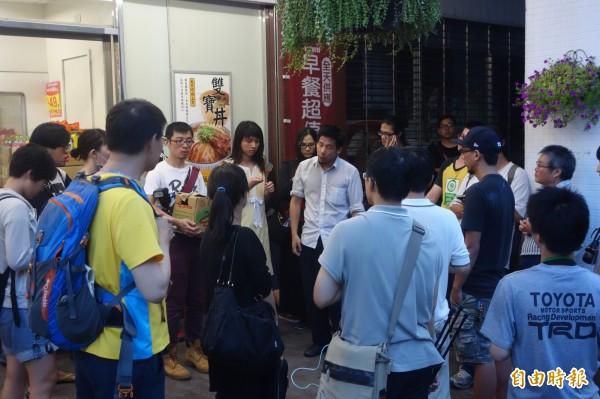 王奕凱與抗議民眾討論後決定稍作休息,早上再赴教育部陳情抗議。(記者姜翔攝)