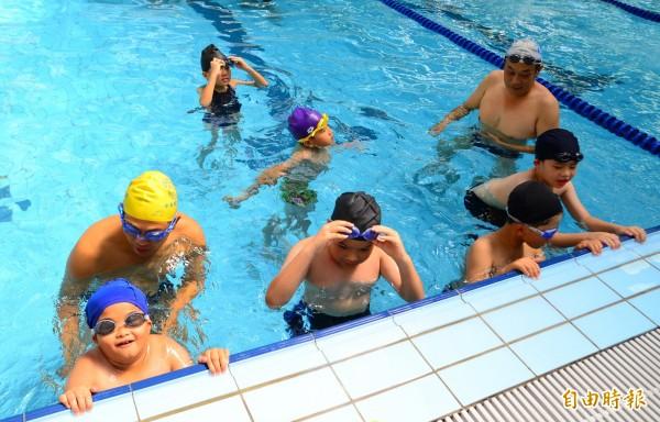教練針對小朋友的游泳程度,指導學習水上自救技巧。(記者吳俊鋒攝)