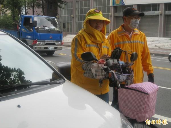 郭溱容(左)及顏燕席(右)積極通報,協助查獲贓車與偽造車牌。(記者洪瑞琴攝)