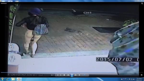 鍾嫌著女裝在飲料店前的人行道露下體。(記者許國楨翻攝)