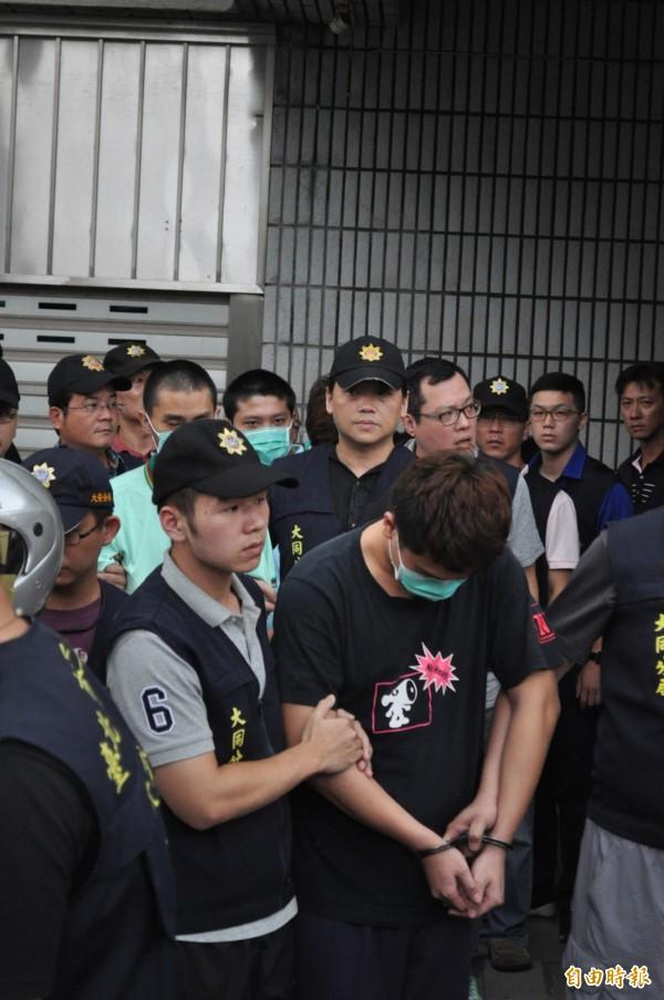 警方逮獲大批詐欺集團成員。(記者劉慶侯攝)