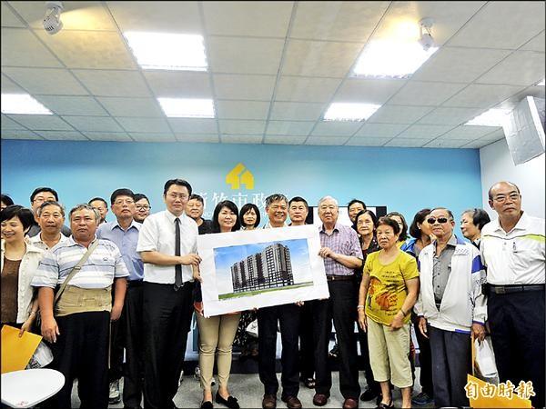 新竹市首宗非都市更新區域的中低層老舊公寓都市更新案啟動,住戶代表歡迎實施者勤睿建設公司協助打造新家。(記者洪美秀攝)