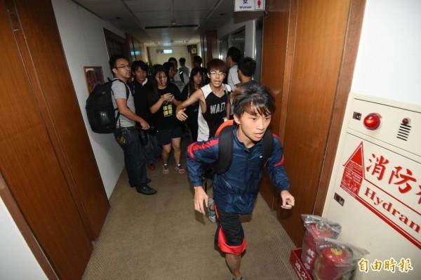 反黑箱課綱學生昨天衝入教育部。(記者廖振輝攝)