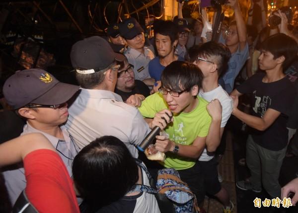 昨晚學生衝進教育部,遭警方驅離。(記者王敏為攝)