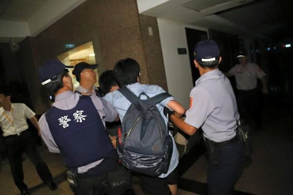 學生遭警方逮捕。(取自獨立記者林雨佑臉書)
