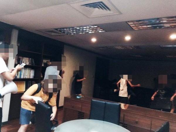 學生衝進教育部辦公室。(取自黑色島國青年陣線臉書)