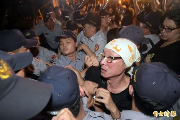 在教育部外的民眾試圖進入教育部尋找被捕的學生,一度與警方發生推擠。(記者王敏為攝)