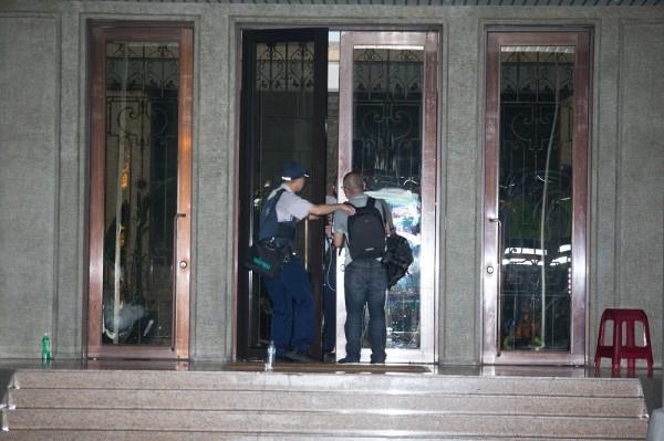 本報記者廖振輝被警方帶走後下落不明,圖為記者被警方限制行動之前的畫面。(讀者提供)