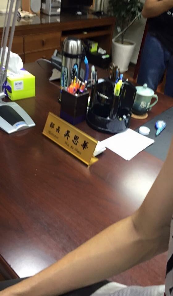 學生衝進教育部並攻佔二樓的教育部長吳思華辦公室約35分鐘。(記者吳政峰翻攝)