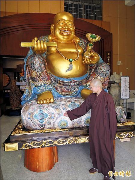 中台禪寺彩繪木雕彌勒佛外傳由中國富商高價請回中國供奉,寺方特別讓「閉關」整修的佛像公開亮相,正式闢謠。(記者佟振國攝)