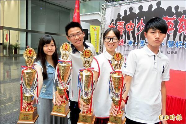陳思瑋(左到右)、馬怡忠、陳美汝、洪政瑋分獲大台中少年英雄獎的孝、勇、仁、慧的金質獎。(記者蘇金鳳攝)