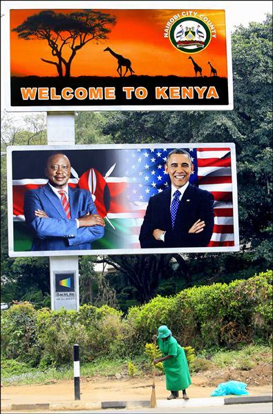 美國總統歐巴馬24日晚間抵達亡父出生地肯亞訪問,首都奈洛比街頭架設歐巴馬與肯亞總統甘耶達照片的大型看板。(路透)