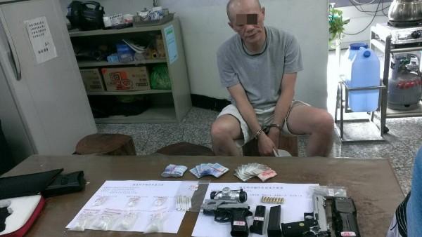 屏東警方從鍾男車上及住處搜出大批槍毒。(記者李立法翻攝)