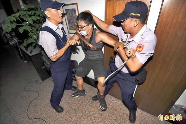 反黑箱課綱學生23日深夜發動突襲,警方派出霹靂小組破門,逮捕33人,在第一線採訪的記者也遭沒收手機和攝影器材。(記者廖振輝攝)