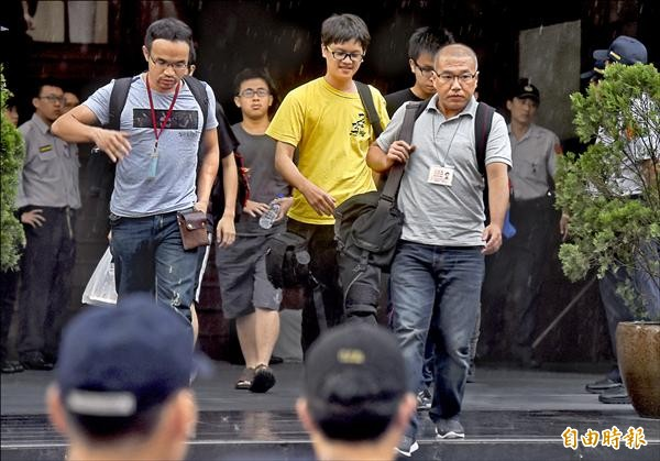 本報記者廖振輝(右)、獨立記者林雨佑(中)及苦勞網記者宋小海(左),採訪學生夜襲教育部,卻遭警方逮捕。(記者簡榮豐攝)