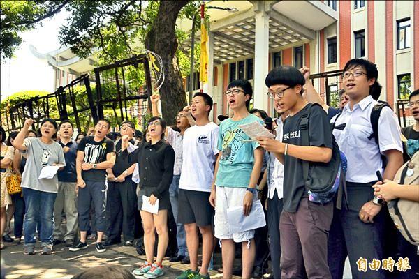 教育部報警逮捕學生,連記者都被抓,反黑箱課綱的多個團體昨到教育部前抗議,怒吼:「退回課綱、釋放學生!」(記者吳柏軒攝)
