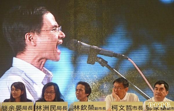 台北市政府晚間在日新國小舉辦大同再生計畫戶外開講,市長柯文哲與市府團隊ㄧ同出席,聽取民眾針對圓環應該改建或拆除的意見。(記者劉信德攝)