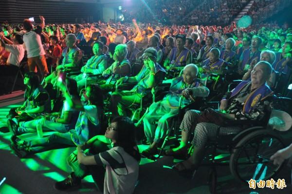 台灣優質生命協會「愛傳承關懷演唱會」今天在新莊體育館溫馨登場,邀請千餘位弱勢團體、社福機構所關懷的身障者及長輩們到場聆聽、欣賞藝人的演出。(記者郭顏慧攝)