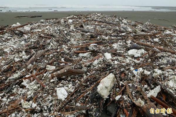 南區四鯤鯓海岸到黃金海岸長達約3公里的海岸線,全都是保麗龍屑、竹架及垃圾佔滿。(資料照,記者蔡文居攝)