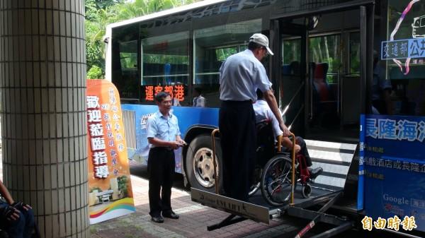 高雄區監理所辦觀摩會,身障者體驗無障礙公車服務。(記者陳文嬋攝)