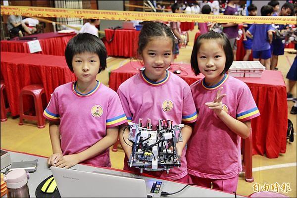 新南國小女學生陳昱瑄(左起)、葉芷妤及張慈恩,參與深海尋寶機器人競賽。(記者鄭鴻達攝)