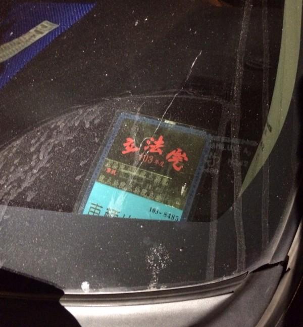 滿嫌持用已過期的立法院停車證。(記者劉慶侯翻攝)