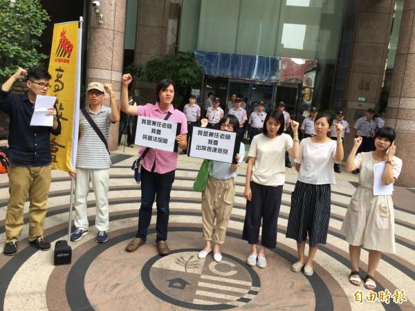 高教工會今天到勞動部抗議勞動部未將私校兼任人員納入勞基法以及未邀高教工會參與相關會議討論。(記者陳炳宏攝)