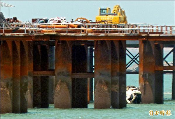 水泥預拌車疑會車不慎墜海。(記者吳正庭攝)