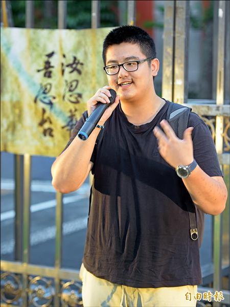 龍潭農工畢業生游騰傑說明衝撞教育部過程。(記者王敏為攝)
