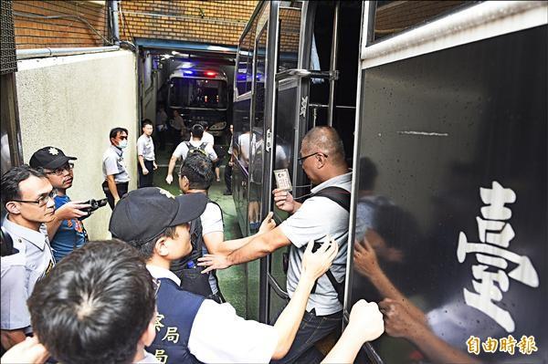 採訪反課綱學生闖入教育部的本報記者廖振輝(中),數度表明身分仍被逮捕,並移送到台北地檢署。(資料照,記者陳志曲攝)