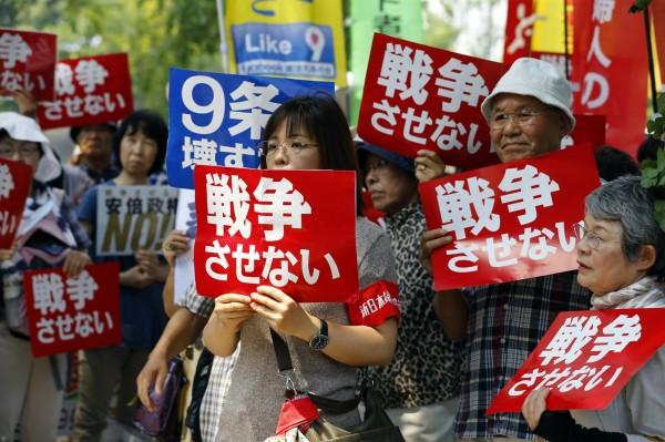 為反對新安保法案,許多媽媽在不同地區進行示威遊行。有媽媽表示「不要為戰爭製造理由」、「媽媽決定不要戰爭」。(美聯社)