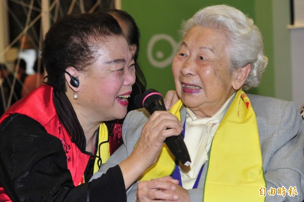 「防癌教母」的醫學博士莊淑旂(右),今年2月安詳辭世。(資料照,記者潘少棠攝)