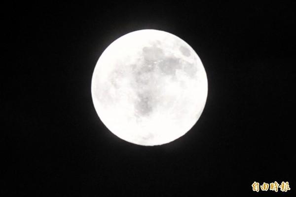 今(104)年7月31日18時43分將再次出現本月第2次滿月,稱作「藍月(Blue moon)」。(資料照,記者廖耀東攝)