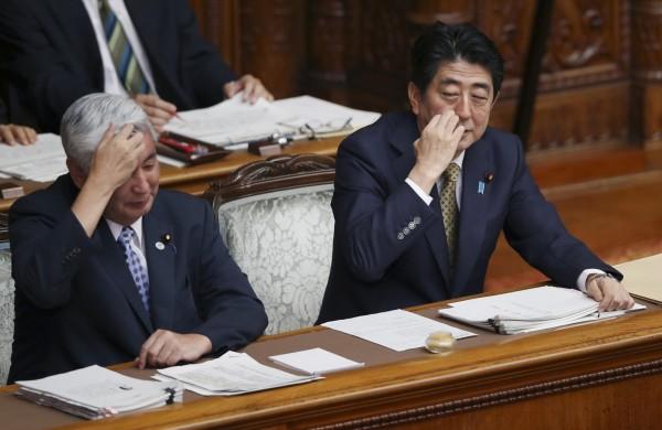 日本參議院今日下午開始審議安保法案,進行是否解禁集體自衛權的最終討論。安倍晉三希今日出席特別委員會接受議員質詢。(美聯社)