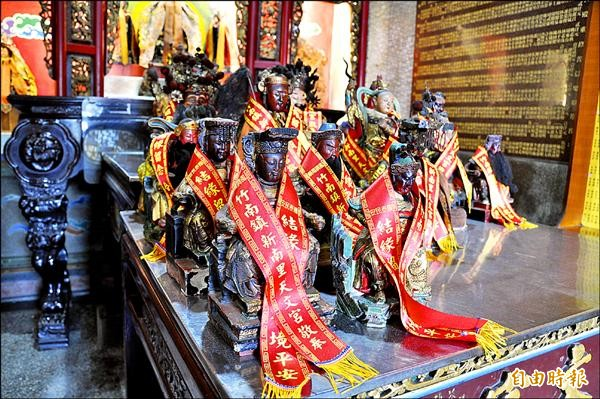 竹南天文宮為結緣成功的神尊披掛紅彩帶,待良辰吉日由信眾迎回。(記者彭健禮攝)