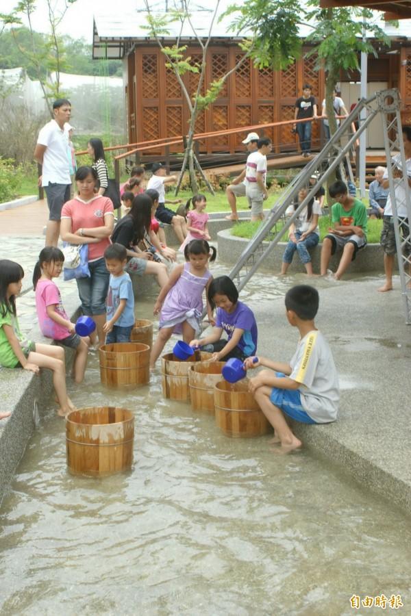慶祝81原住民日,龜丹溫泉體驗區等景點推出原民入園優惠。(記者王涵平攝)