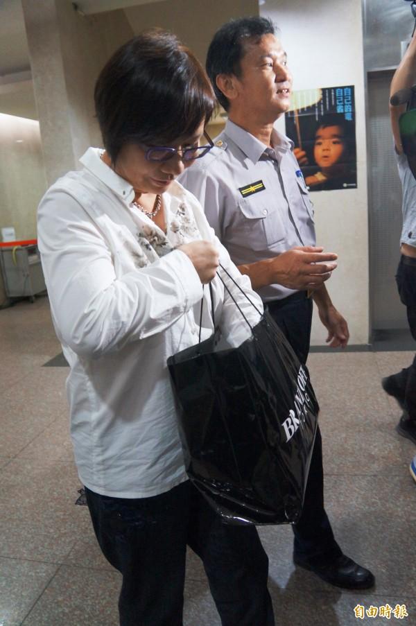 羅淑蕾今早帶了一個黑色紙袋到北檢出庭。(記者錢利忠攝)
