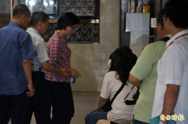 蔡壁如(右3)、劉如意(左3)均已到台北地檢署等候應訊。(記者錢利忠攝)
