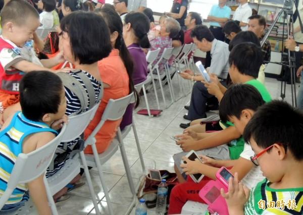 南投縣許多場合可見學童忙著滑智慧手機,成為學童近視的原因之一。(記者謝介裕攝)
