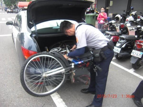 員警直接把單車搬上後車廂,接送女子得以準時赴約。(記者蔡清華翻攝)