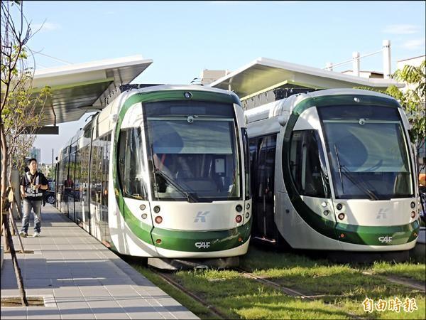 高雄輕軌將與高雄捷運、台鐵地下化路段建構新高雄路網,圖為輕軌列車準備測試場景。(記者王榮祥攝)