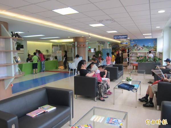 假日、暑假不少民眾會前往圖書館。(資料照,記者蔡亞樺攝)