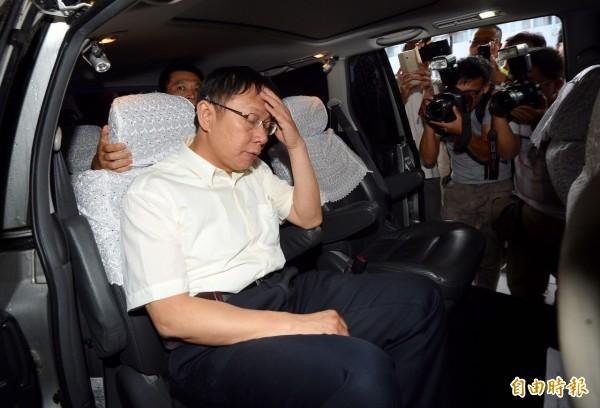 經兩個多小時庭訊,柯文哲步出地檢署,上車時面露疲態。(記者羅沛德攝)