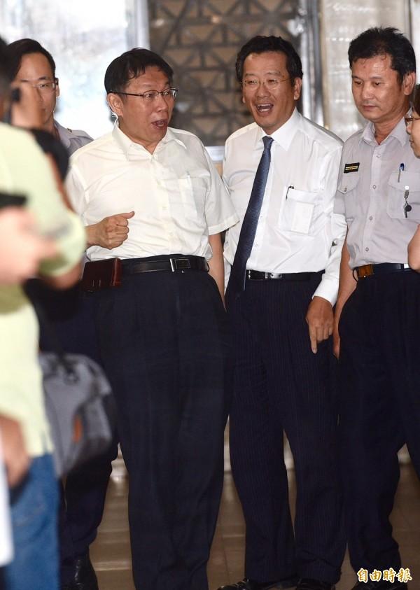 庭訊告一段落,柯文哲(左)在律師顧立雄(右二)陪同下步出法庭。(記者羅沛德攝)