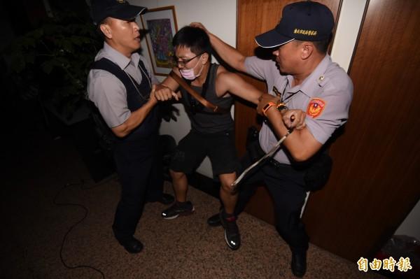 不滿教育部長遲遲不面對課綱爭議,23日晚間十一點半左右抗議學生、群眾闖進教育部大樓內,旋即被警方驅離拘捕。(資料照,記者廖振輝攝)