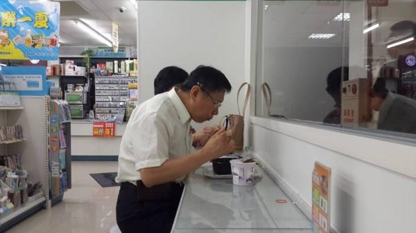 潘俊霖貼出柯文哲在便利商店吃泡麵的照片。(圖擷取自潘俊霖臉書)