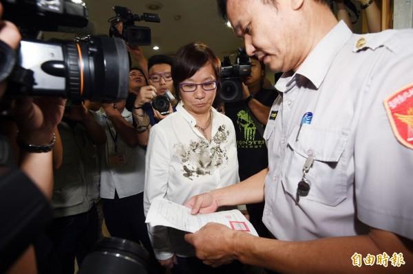 台北地檢署今天開庭審理MG149案,國民黨立委羅淑蕾以原告身分出庭應訊,法警協助辦理報到手續。(記者羅沛德攝)