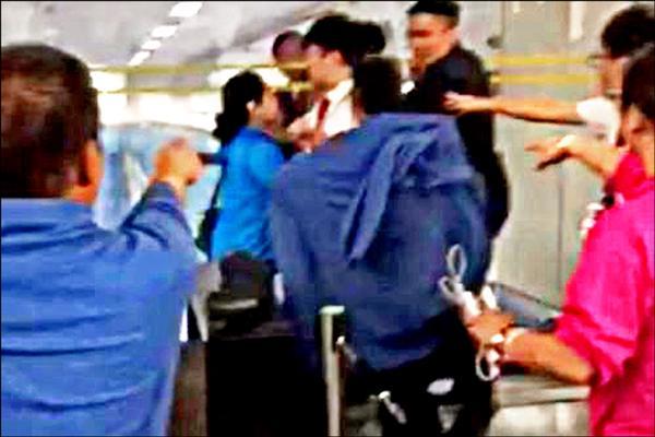 六名中國旅客因不滿班機延誤,二十八日凌晨與香港航空公司地勤人員爆發衝突,導致七名職員受傷。圖為網友在社群網站「微博」發佈的照片,顯示衝突場面激烈。(取自網路)