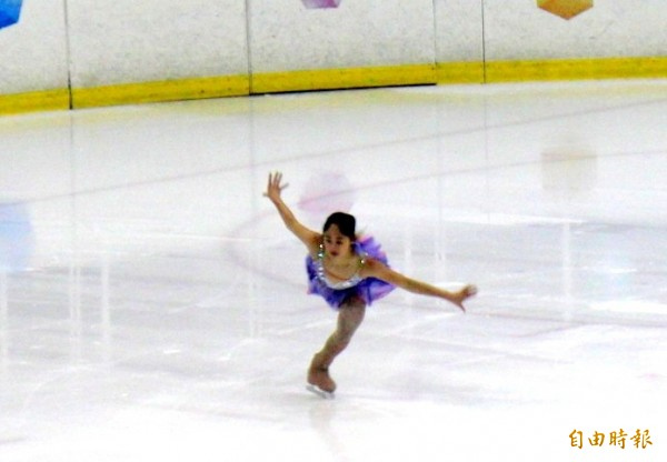 滑冰選手林仁語在場上表演高難度技巧。(記者郭逸攝)
